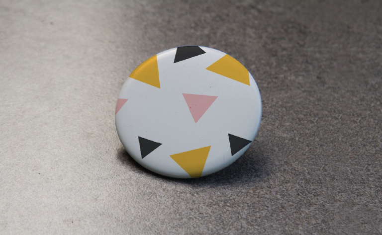 Coleccion de mockups para botones pin publicitarios en psd gratis - descargar